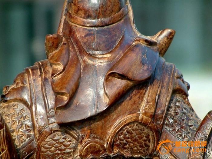 檀香木雕关公立像