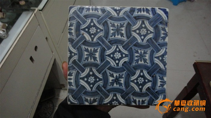 明代早期几何纹折枝花卉青花正方形地砖.