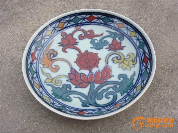 瓷盘花纹精美