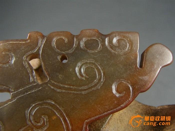 战汉时期.双面浮雕子母螭虎纹饰和田青玉带朱砂沁随葬玉器