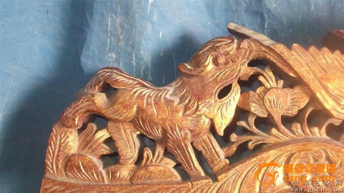 木雕狮子两只,还有一个仙女骑在仙鹤上,还有花
