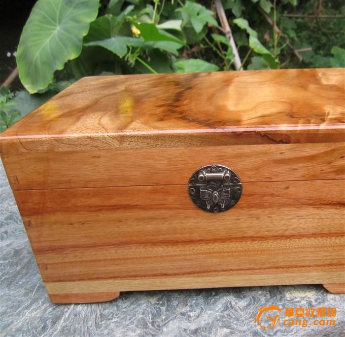 楠木纹理的香樟木盒子
