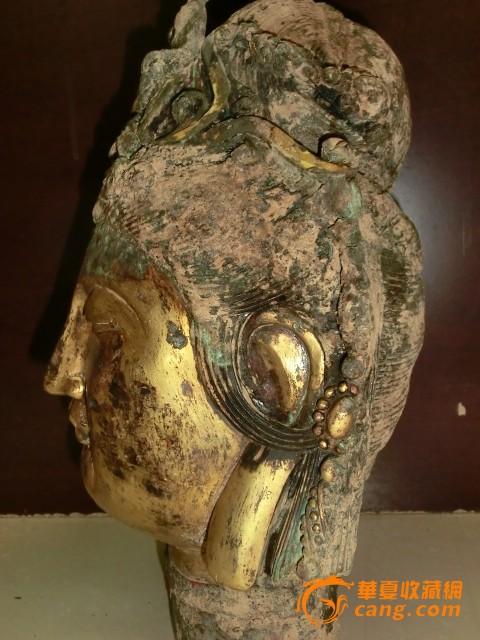 您的问题,有一个观音菩萨的鎏金铜佛像,是典型的现代的仿古工艺品