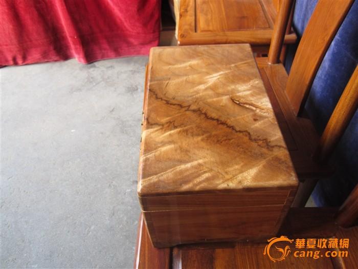 楠木纹理的香樟木箱子