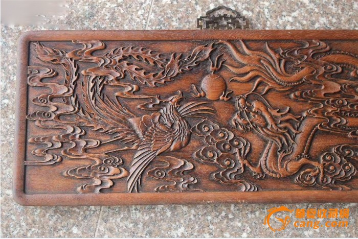 雕刻精美 的 龙凤戏珠花梨木挂屏