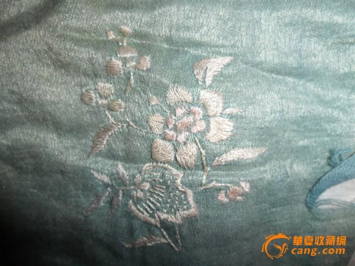 花纹不是手工绣,下身的开档裤真丝面料花卉为手工苏绣裤白色为布料,不