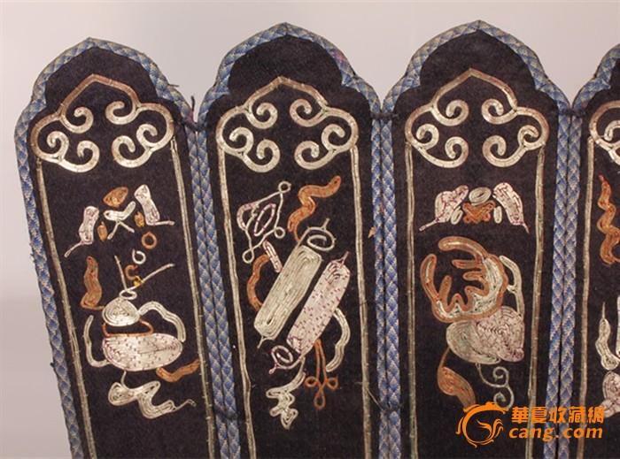 宫廷为吐蕃藏王用蹙金绣等材质制作莲瓣形王冠,边框用花布绳纹装饰.