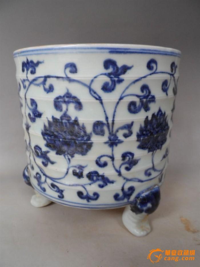 大明宣德年制青花缠枝花纹三足香炉 规格高16厘米直径