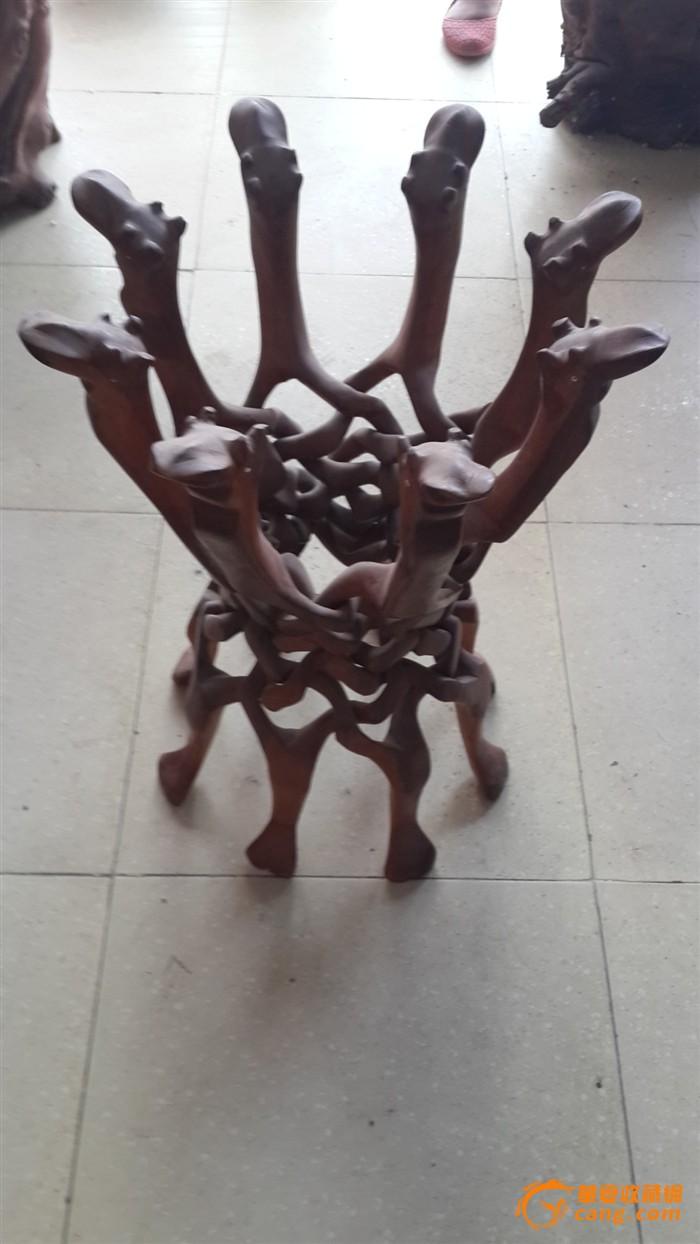 一个木头雕刻的鱼缸架