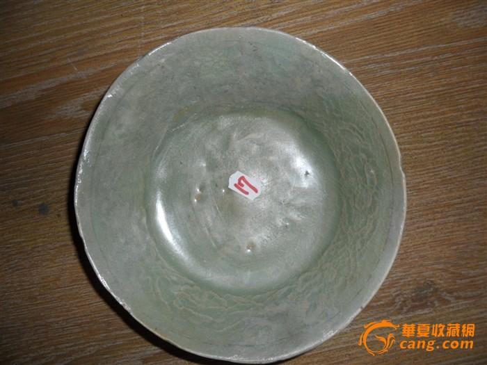 青瓷印刻花纹碗