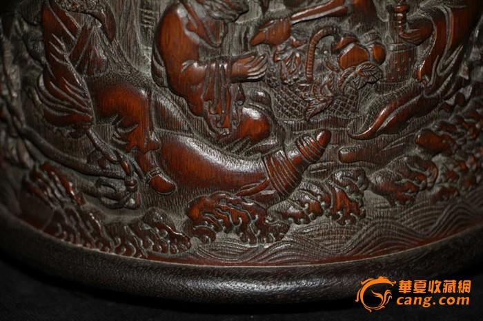 精致的竹雕刻八仙过海笔筒