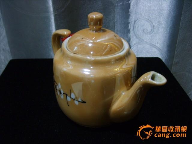 民国黄釉瓷(金黄色彩寓意富贵满堂)手绘雪梅图茶壶