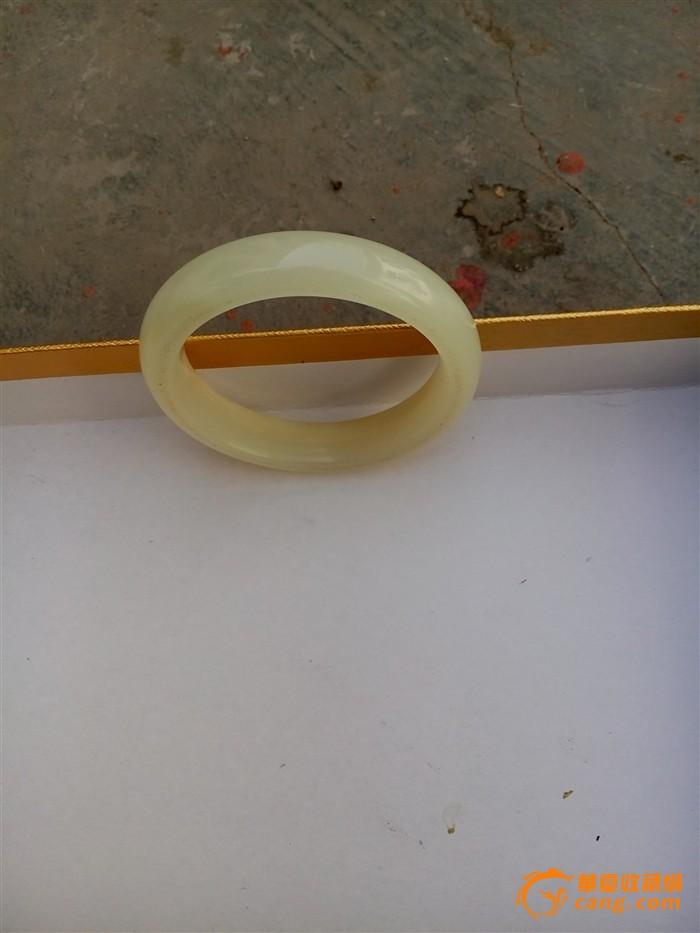 青白玉手镯 玉质细腻 声音清脆 内径64mm 。